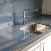 Azul Macaubas - Umlaufend eingefräste Abtropffläche mit poliertem Ausschnitt und unterklebtem Becken; Wandverkleidung
