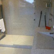 Imperial White - Duschbereich und freistehender Waschtisch mit satinierter Oberfläche