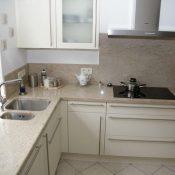Ivory White - Flächenbünig eingelassenes Kochfeld; Wandverkleidung