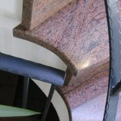 Multicolor Rot -Tritt- und Setzstufen, Detail gerundete Stufenköpfe