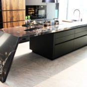 Compac Ice Black - integrierte Theke mit gewinkeltem Standfuß